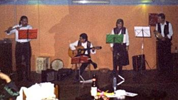 I musicisti del gruppo in azione.
